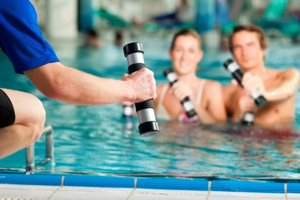 Плавание для похудения: польза для женщин и мужчин от тренировки в бассейне, виды и техника, упражнения с доской и прочие